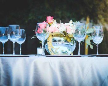 Gedeckter Tisch mit Tischdecke