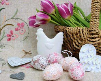 Osterdeko mit Ostereiern und Tulpen