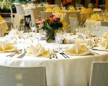 Mit schöner Tischwäsche gedeckter Tisch