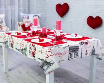Mit Tischset gedeckter Tisch