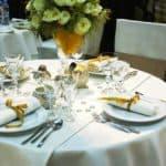 Gedeckter Tisch mit Mitteldecke