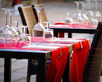 Gececkter Tisch mit Tischläufer