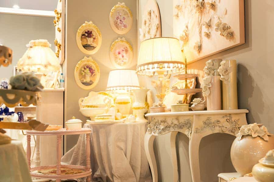 Vintage Deko mit Licht und Vasen © depositphotos.com
